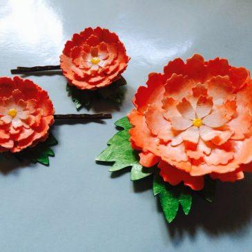 Broche y horquillas de flores