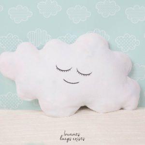 Cojín en forma de nube con nombre personalizable