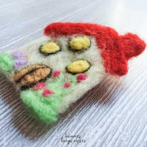Broche «casita» de lana merina fieltrada