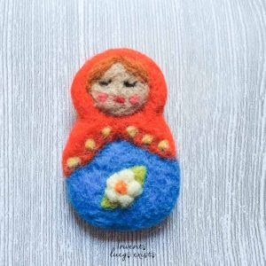 Broche «Matriuska Roja y Azul Grande» de lana merina fieltrada (Md:1)
